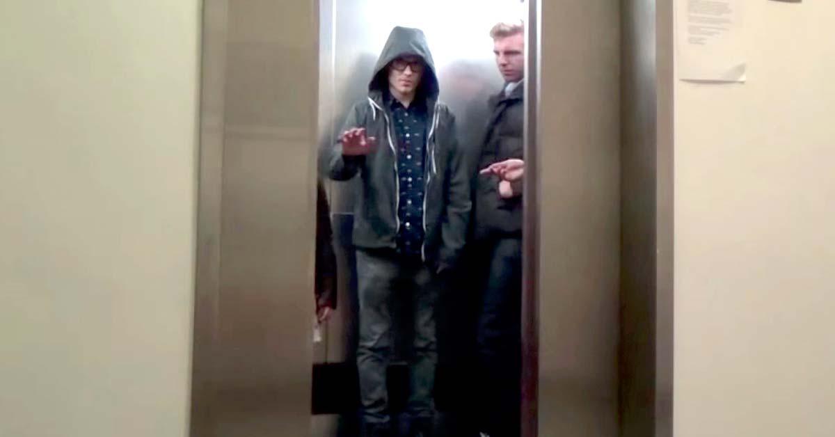 Nuori jedi-soturi pilailee opiskelijoiden kustannuksella hississä.