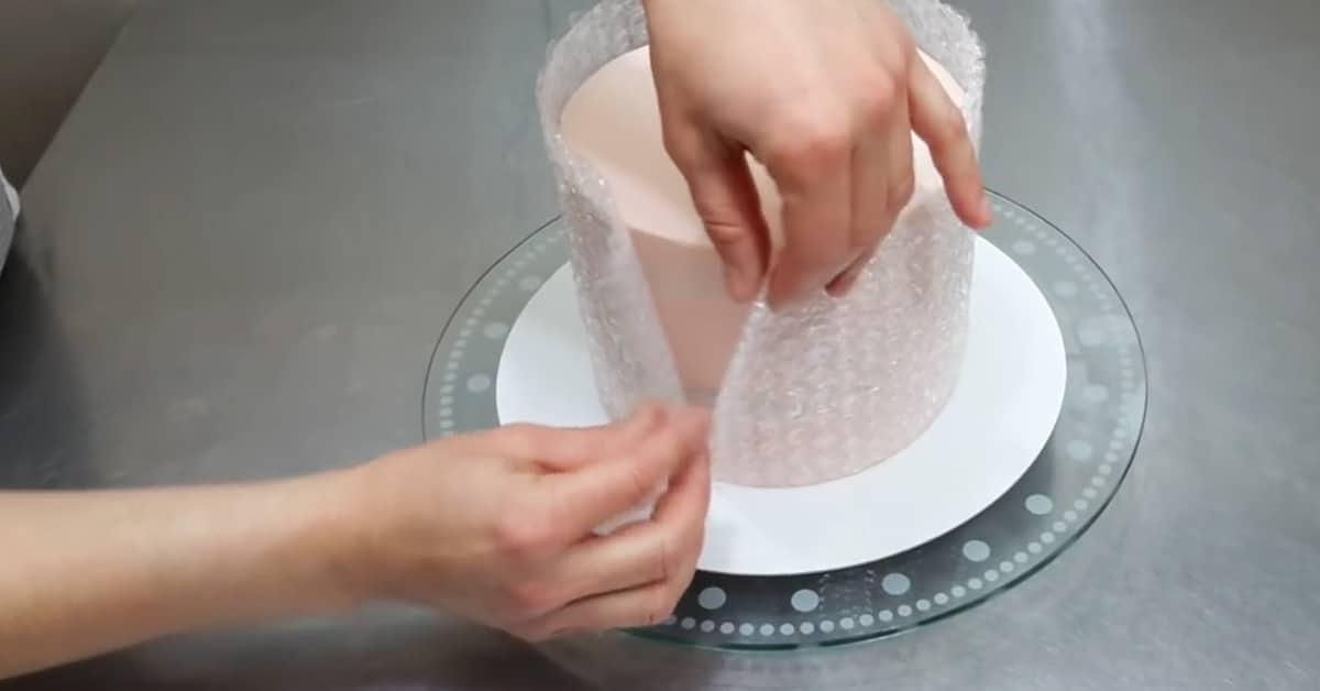 Näin käytät kuplamuovia kakun koristeluun – näppärä & näyttävä kikka