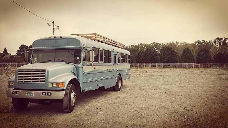 isa_ja_poika_muunsivat_vanhan_koulubussin_asuntoautoksi1