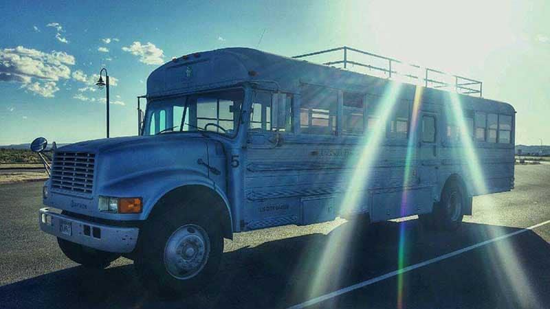 isa_ja_poika_muunsivat_vanhan_koulubussin_asuntoautoksi12