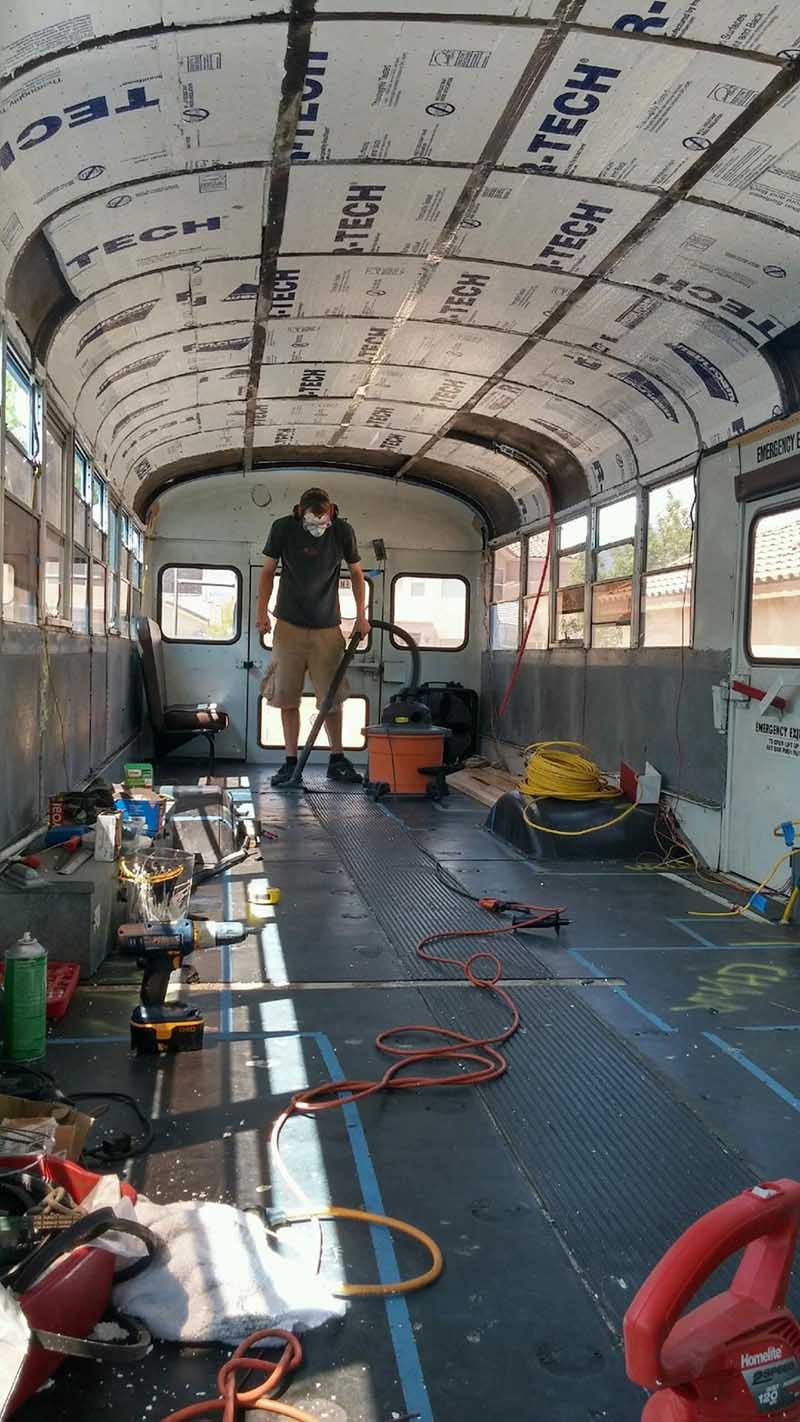 isa_ja_poika_muunsivat_vanhan_koulubussin_asuntoautoksi7