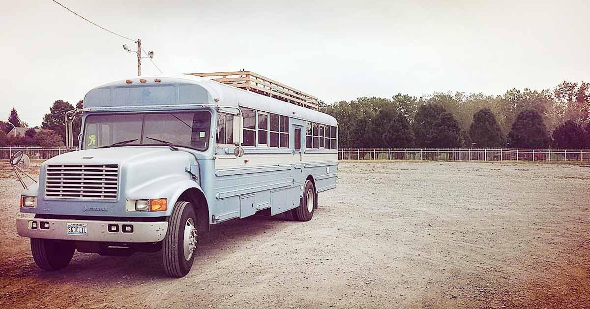 Isä ja poika tekivät vanhasta koulubussista pienen unelmakodin – katso kuvat!
