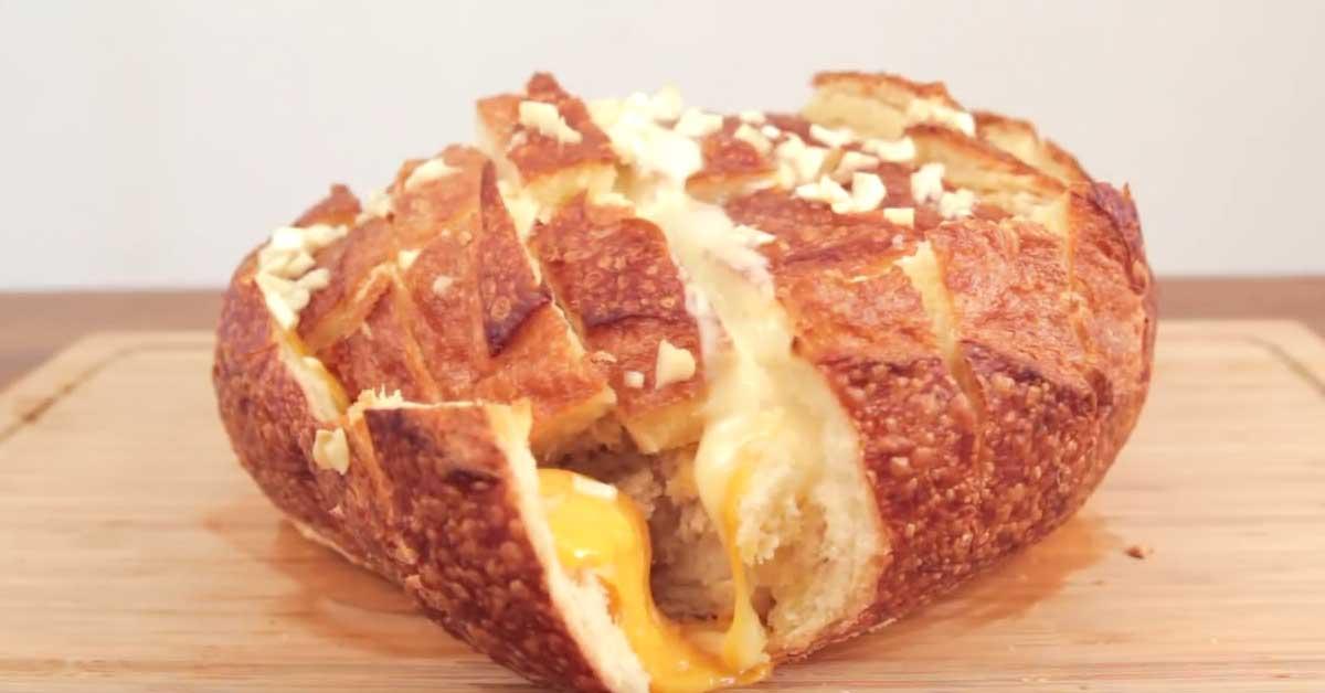 Näin valmistat supermaukasta & nyhdettävää juusto-valkosipulileipää
