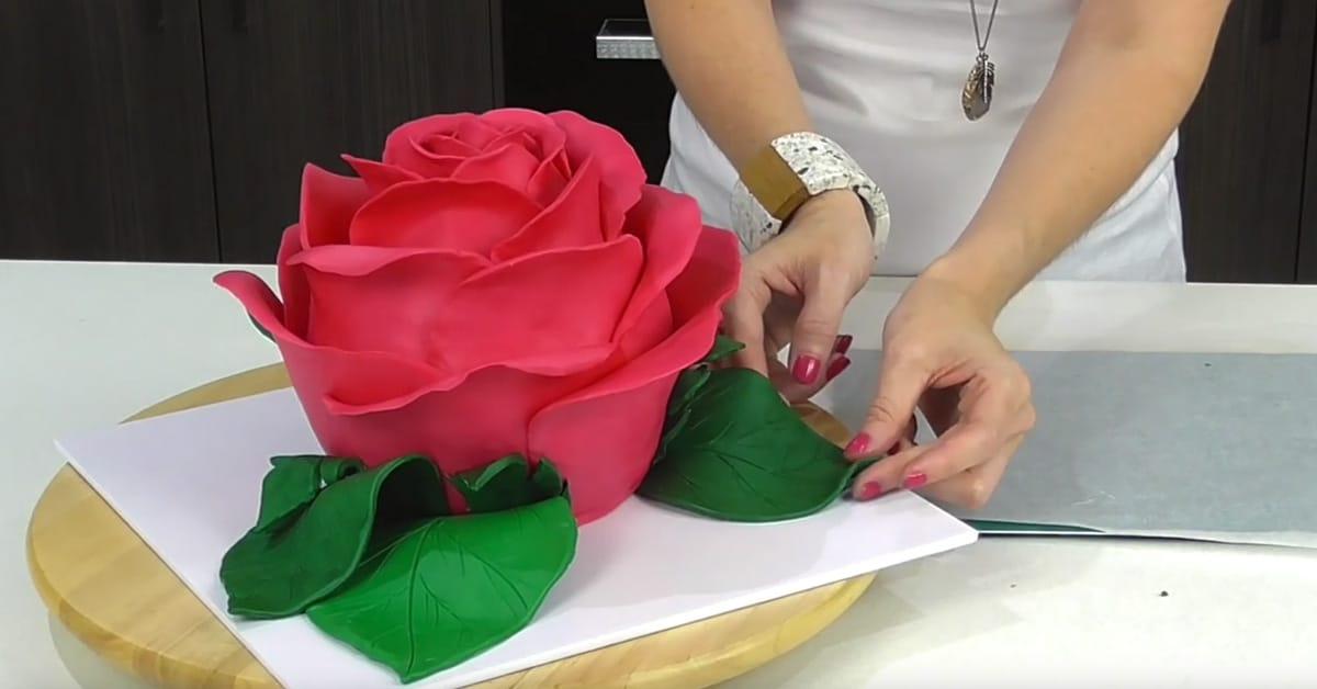 Näin valmistat näyttävän ruusukakun yllättävän helposti