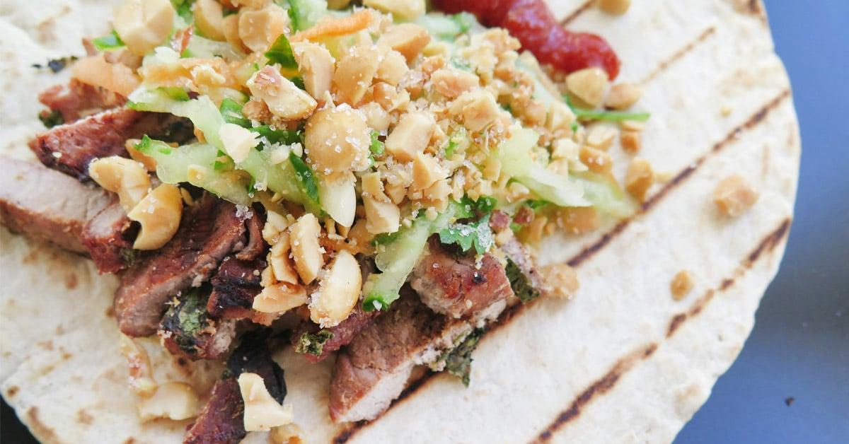 Korealaista possua ja aasialaista kurkkusalaattia