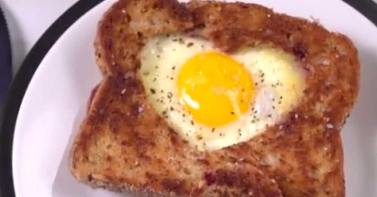 Sydämen muotoiset kananmunat paahtoleivässä  – näin valmistat