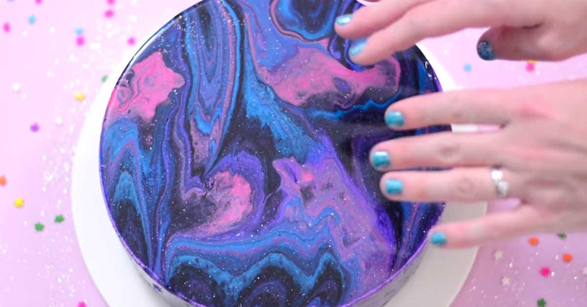 Näin valmistat huikean kauniin galaksi kakun – näyttävää kiiltoa ja makua