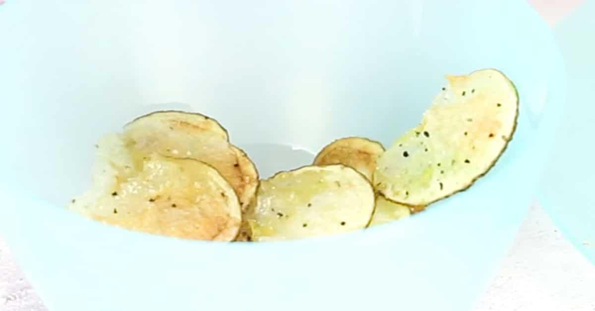 Mikrosipsit – näin helposti rapeat perunalastut valmistuvat mikrossa!