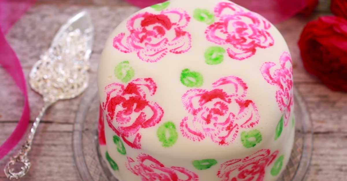 """Ruusuilla """"maalattu"""" kakku – katso hauska idea kakun koristeluun"""