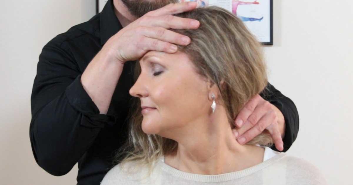 Kiropraktikko hoitaa syitä, ei oireita – tehokas hoitomuoto moneen eri särkyyn