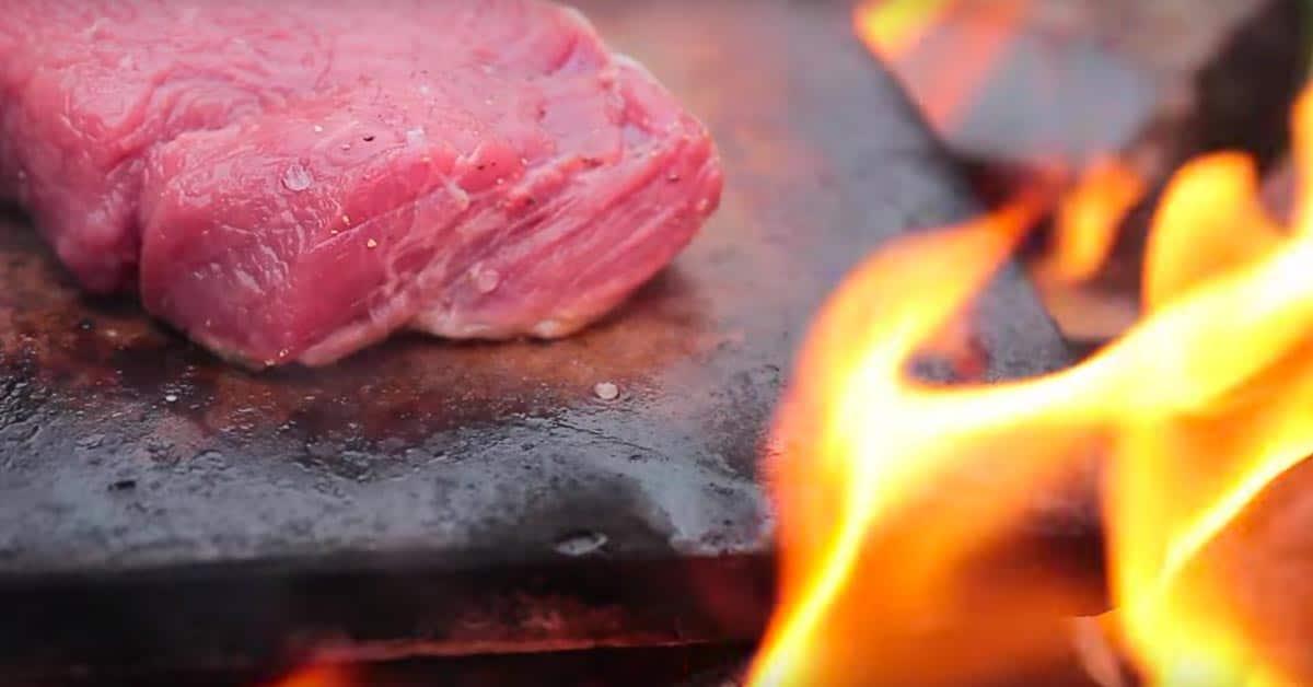 Unohda perinteiset grillit – tämä suussasulava pihvi valmistuu kivellä, keskellä luontoa