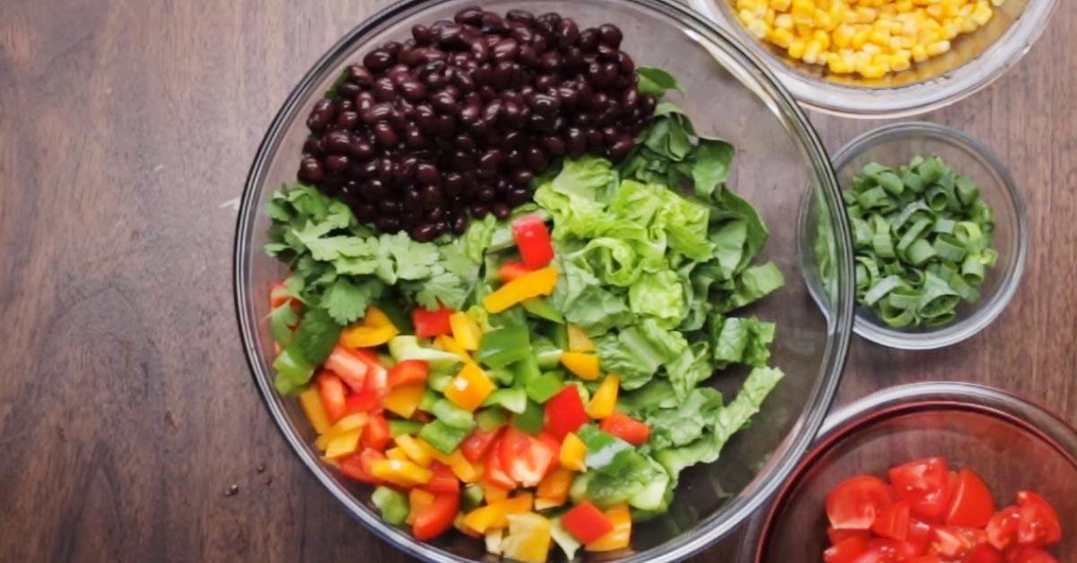 Southwestern-salaatti ja raikas avokadokastike