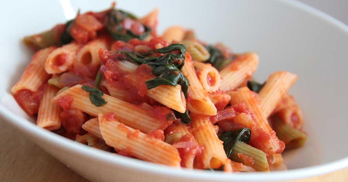Tomaatti-pinaattipasta – gluteeniton, maukas & helppo