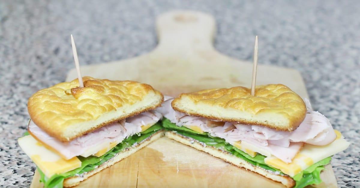 Terveellinen aamupalaleipä tuorejuustosta ja kananmunasta