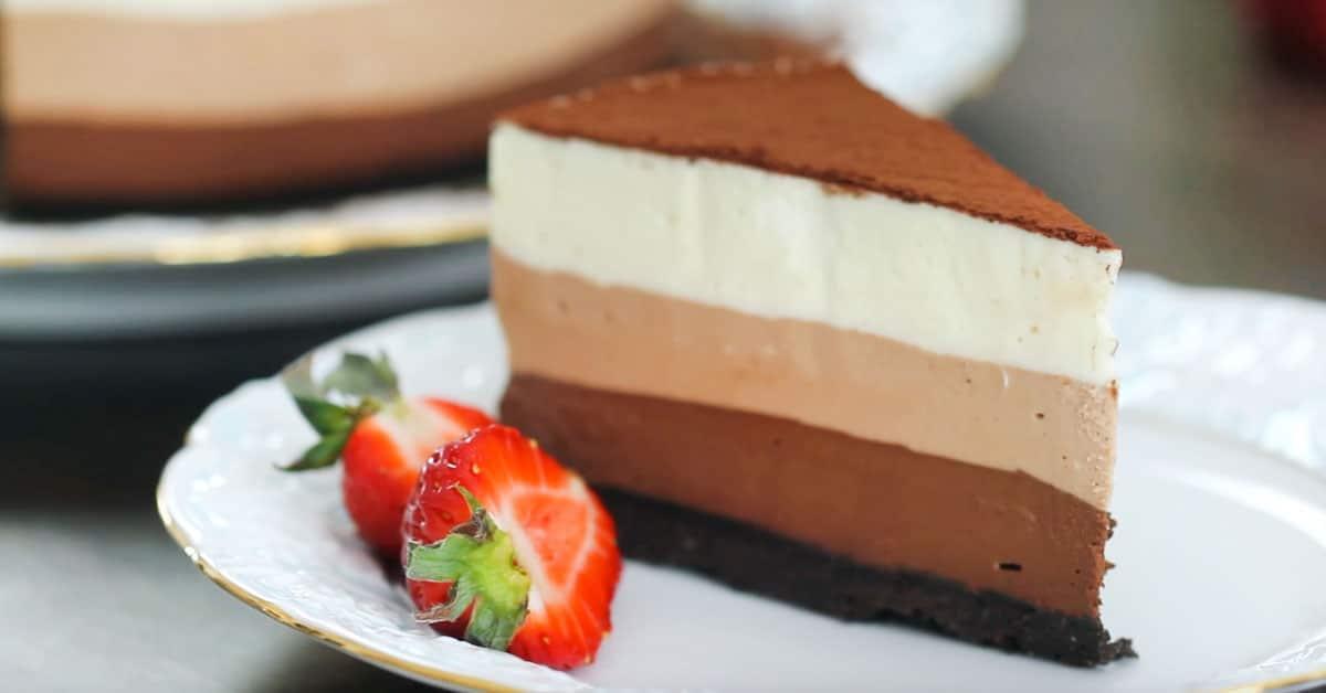 Tämä kolmen suklaan kakku valmistuu ilman paistamista!'