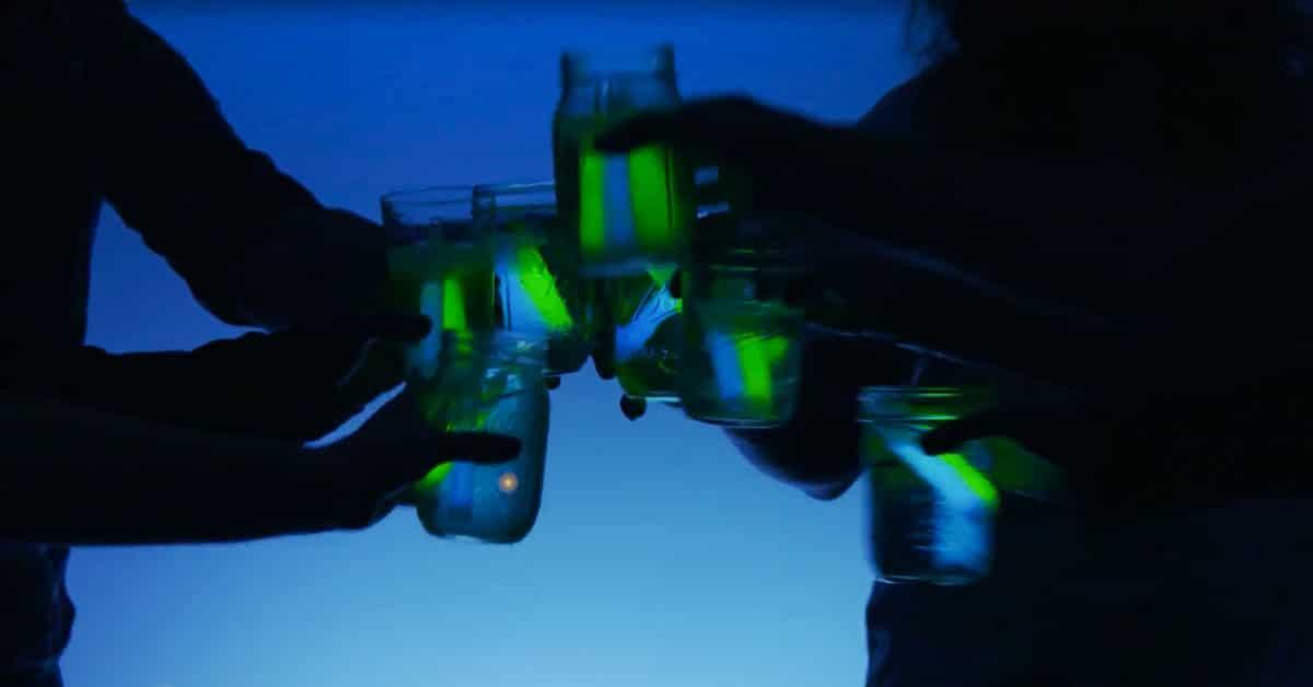 Näin valmistat pimeässä hohtavat drinkit!