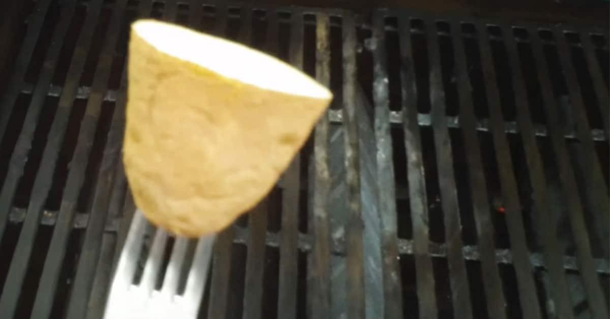 Tarttumaton pinta grilliin perunan avulla – tämä grillausvinkki kannattaa ottaa haltuun!