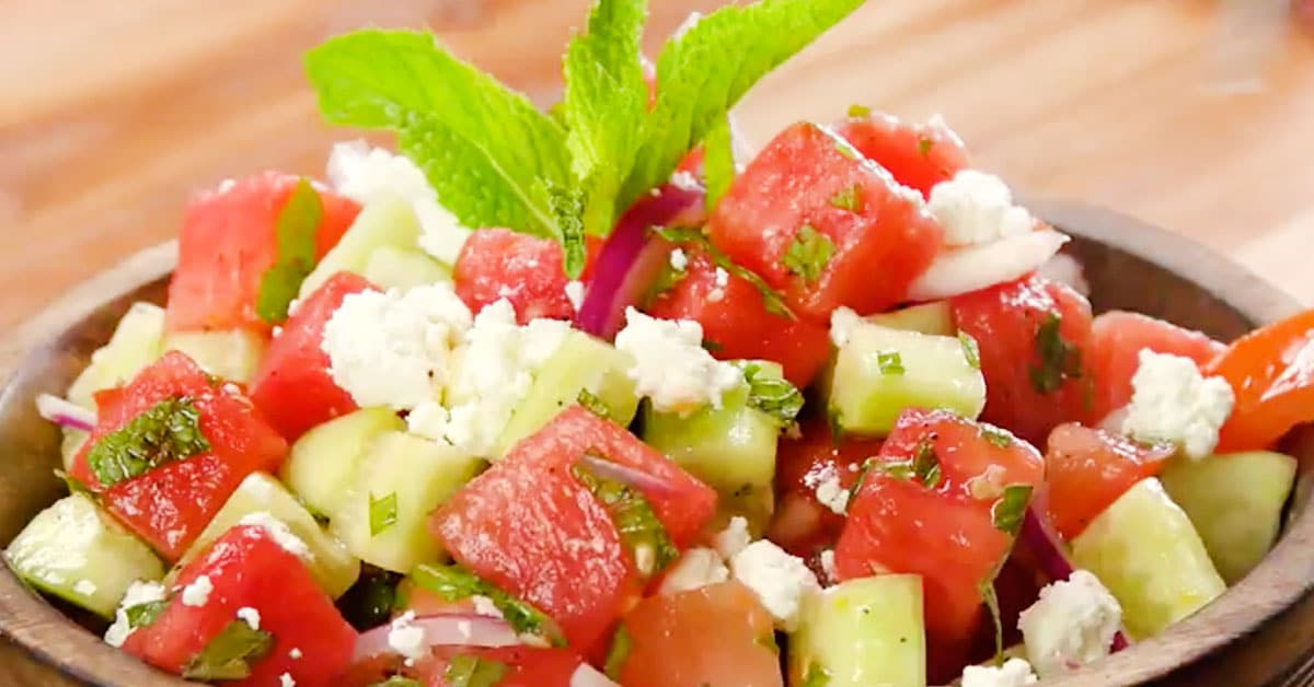 Kreikkalainen salaatti mintulla ja feta-juustolla