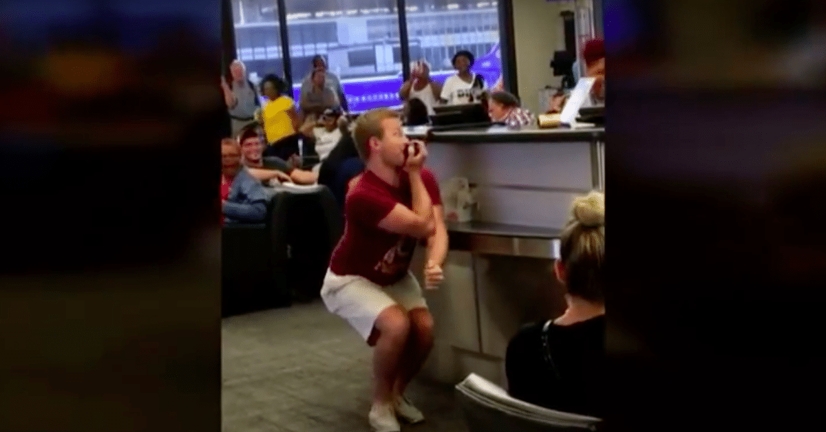 Lento viivästyy – matkustaja alkaa laulaa karaokea lentokentällä