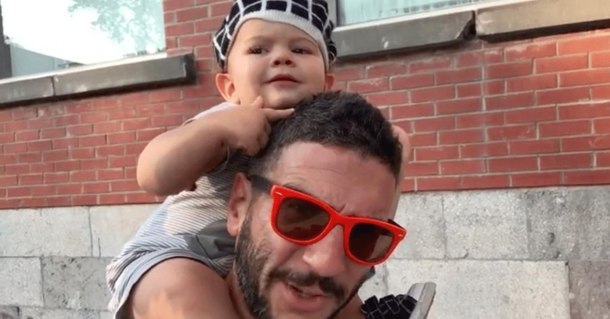 Taapero oppii vokaalit isänsä avustuksella