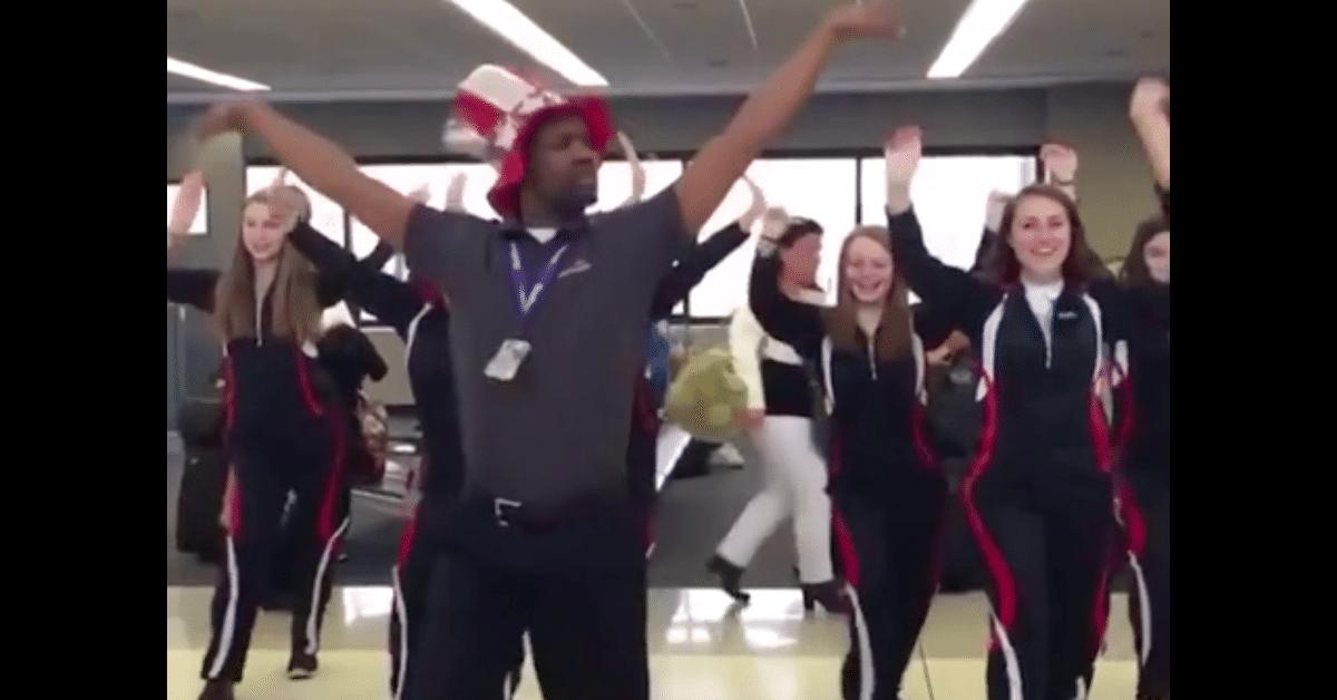 Lentokentän työntekijä viettää päivänsä viihdyttäen asiakkaita