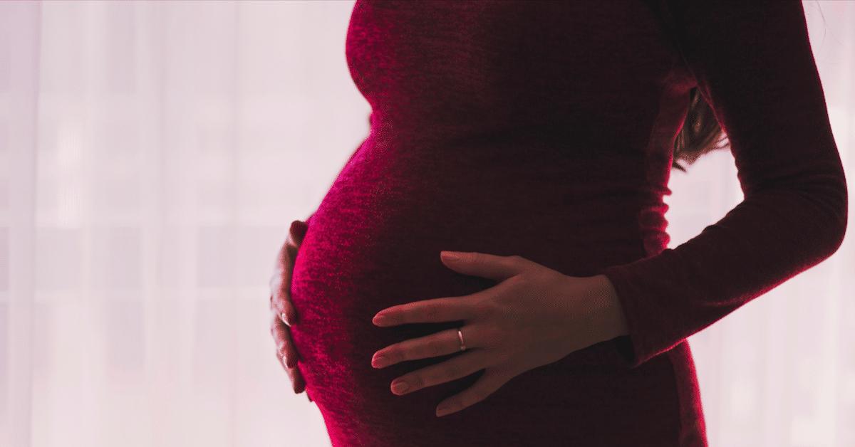 8 omituista asiaa, jotka tapahtuvat rinnoillesi raskauden aikana