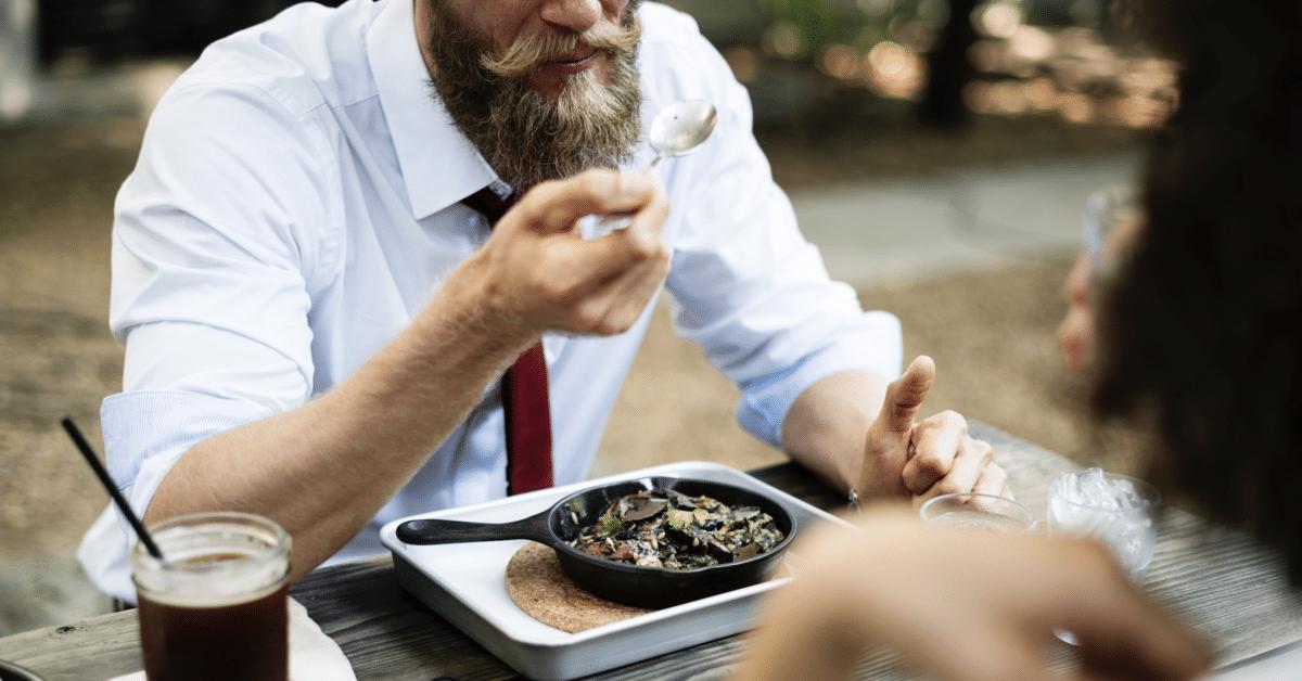 Heteromiehet pyrkivät hurmaamaan naisensa syömällä paljon