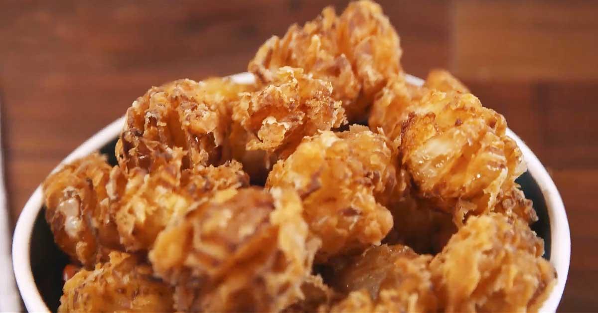 Friteeratut sipulipalat ja maukas dippikastike