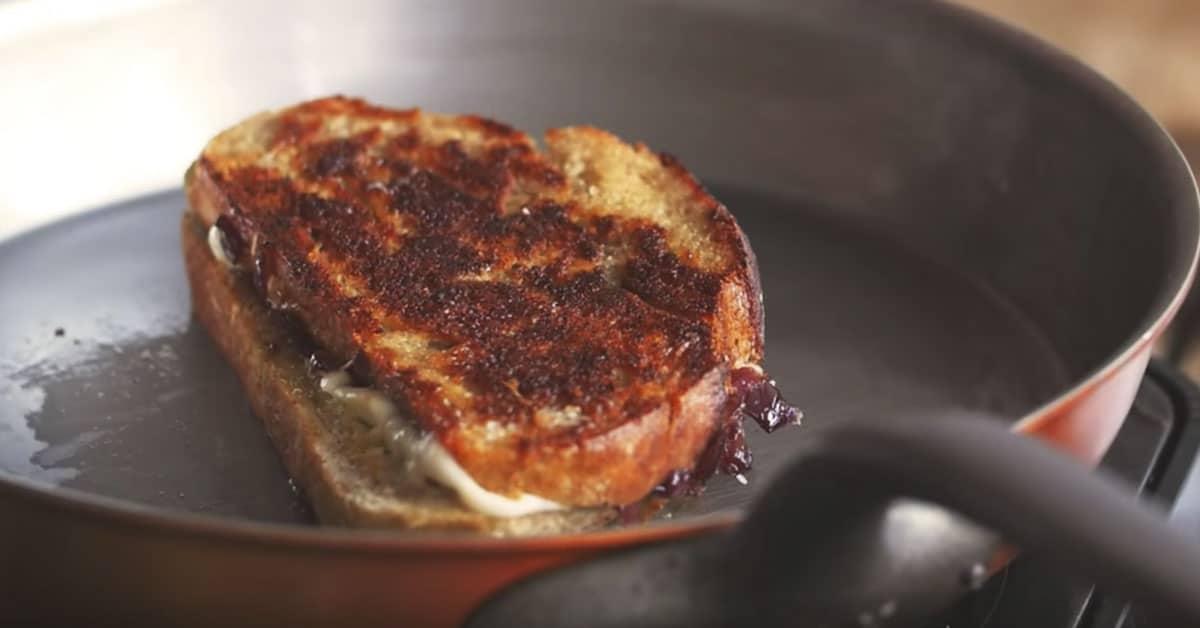 Harvinaisen herkullinen grillattu juustovoileipä