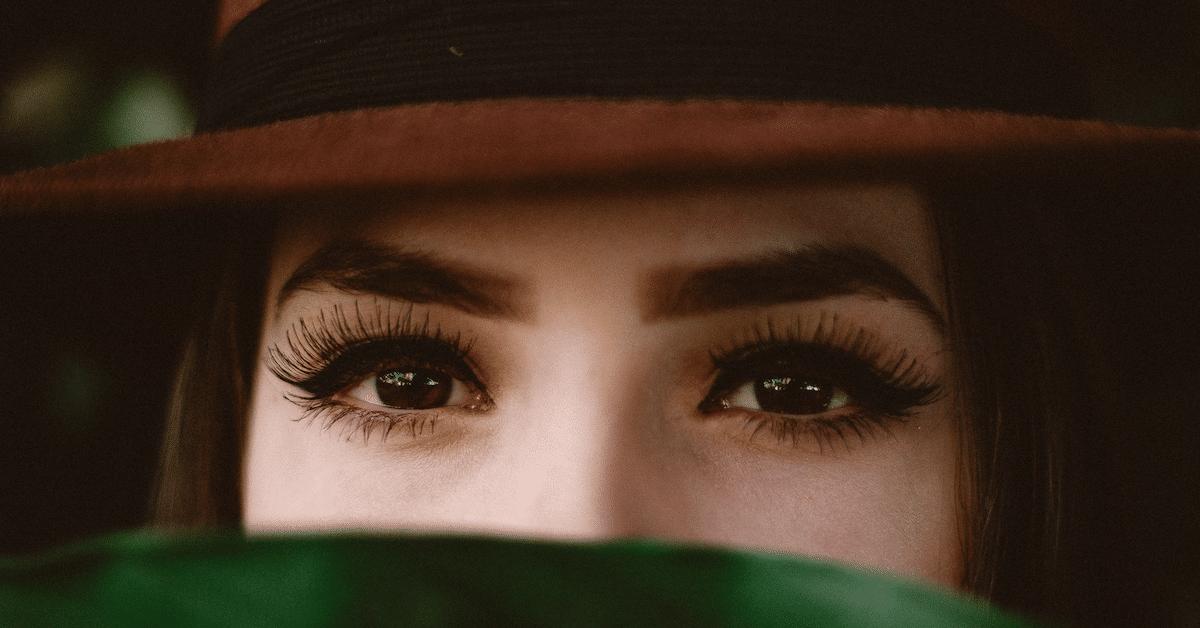 Onko sinusta vaikeaa katsoa ihmisiä silmiin? – Tästä se johtuu