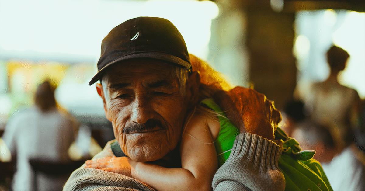 Lapsenlapsistaan huolehtivat isovanhemmat elävät pidempään, paljastaa tutkimus