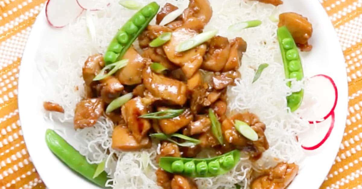 Kana Teriyaki ja rapeat riisinuudelit – uskomattoman maistuva ruoka, jolla teet varmasti vaikutuksen