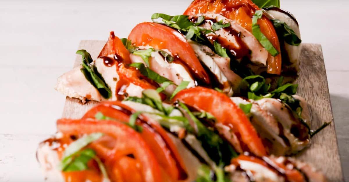 Tomaatti-mozzarellabroileri – helppo niksi herkullisen broilerin valmistamiseen