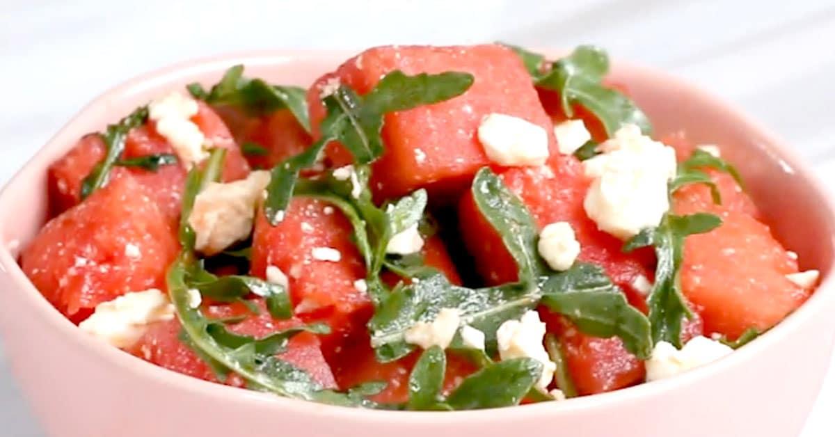 Arugula-feta-vesimelonisalaatti hunaja-lime-salaatinkastikkeella – nopea valmistaa ja maistuu varmasti!
