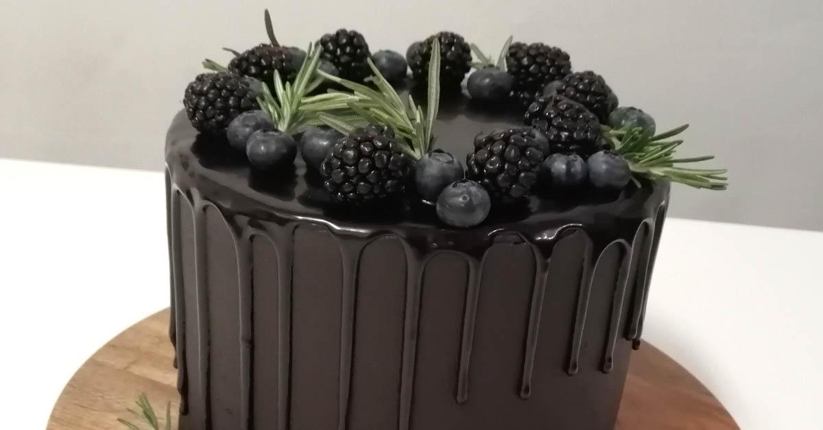 Lakritsi-Vadelmamousse täytekakku suklaakreemillä