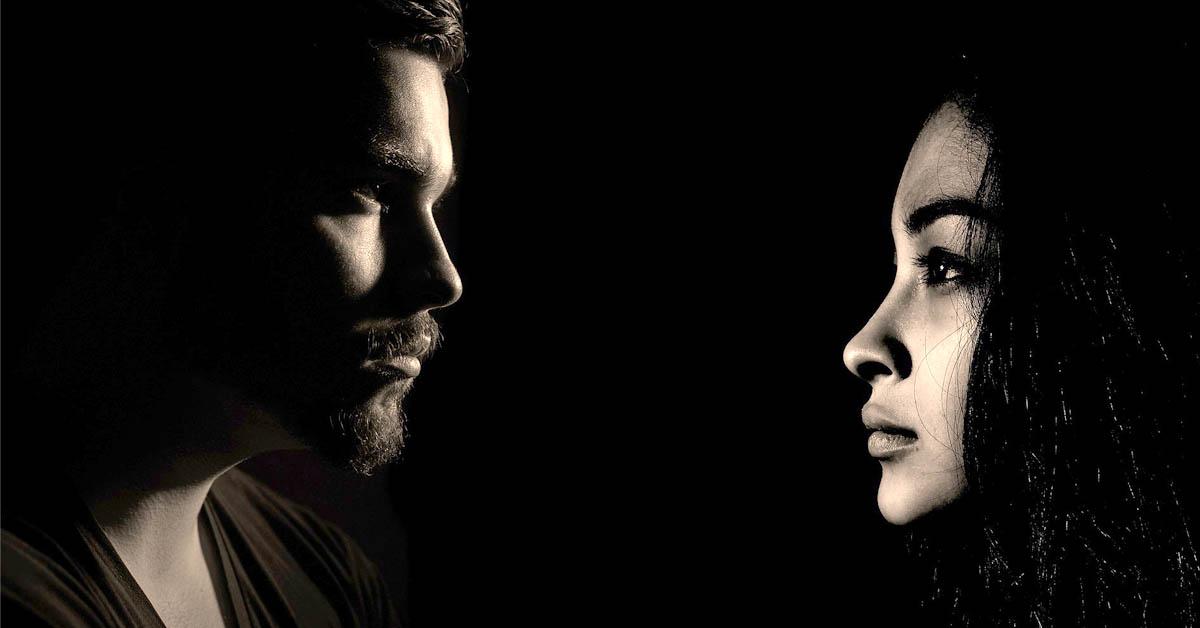 9 Merkkiä siitä, että kumppanisi pettää sinua henkisesti