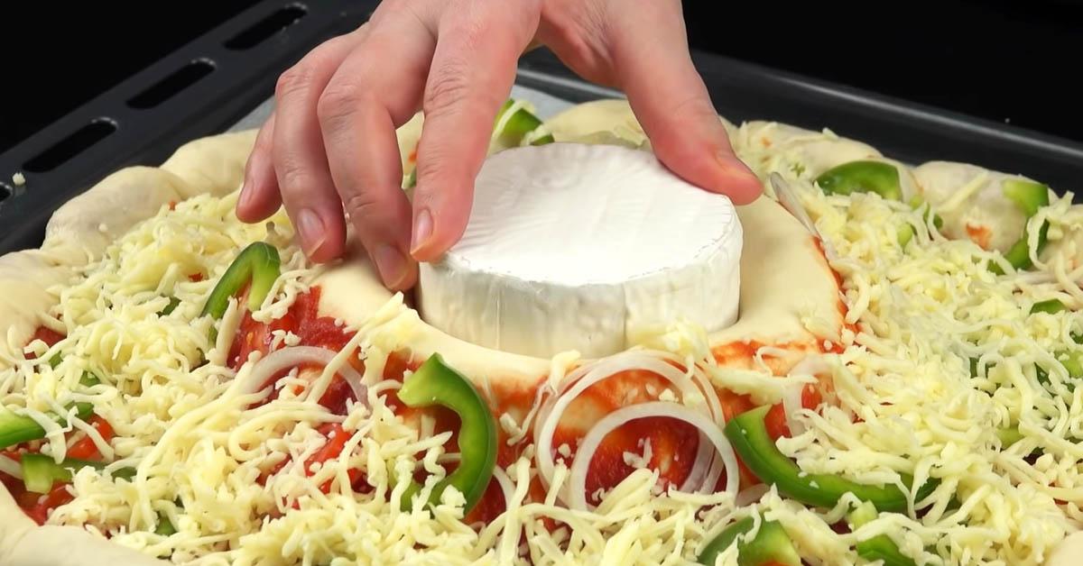Laita pizzataikinan alle kulho, lisää täytteet ja keskelle juustosydän – herkuttelijan unelma