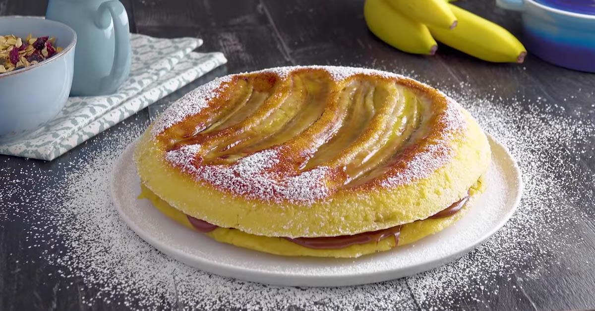 Laita banaanit pannulle ja taikina päälle – Lopputuloksena paksu ja mehukas pannukakku