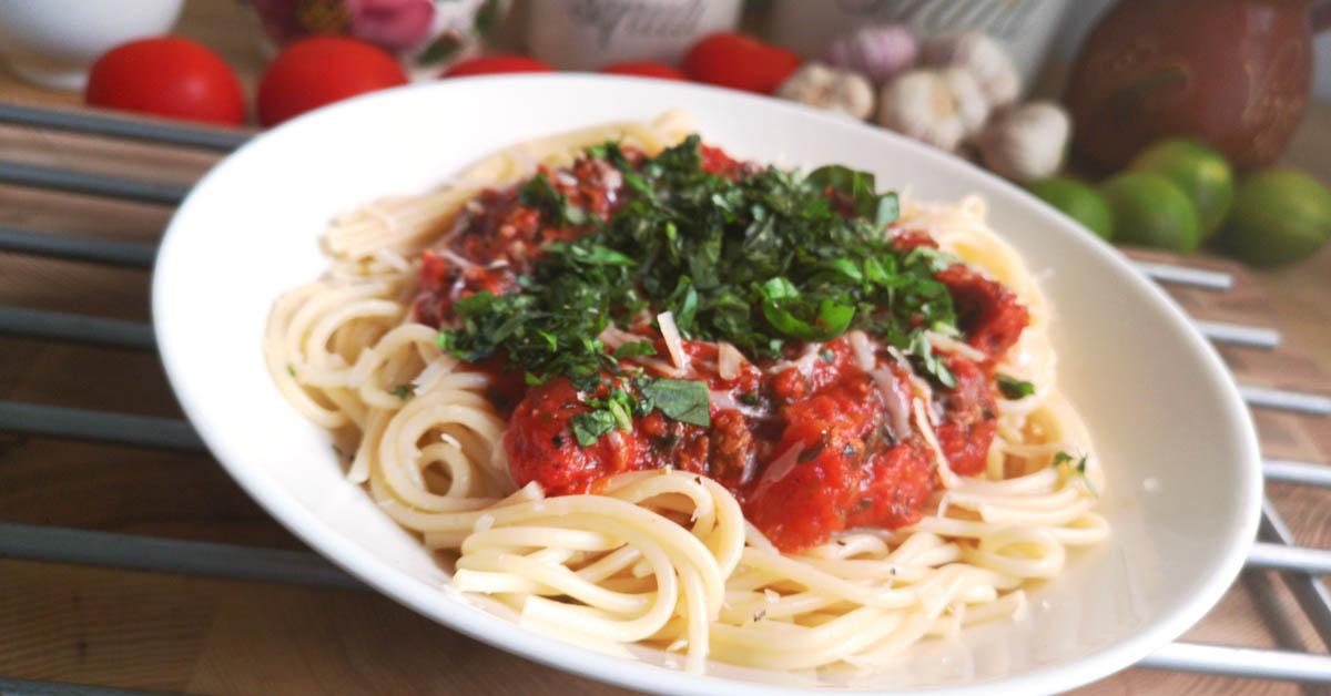 Valkosipulinen jauheliha-salami pasta maailman maukkaimmalla kastikkeella