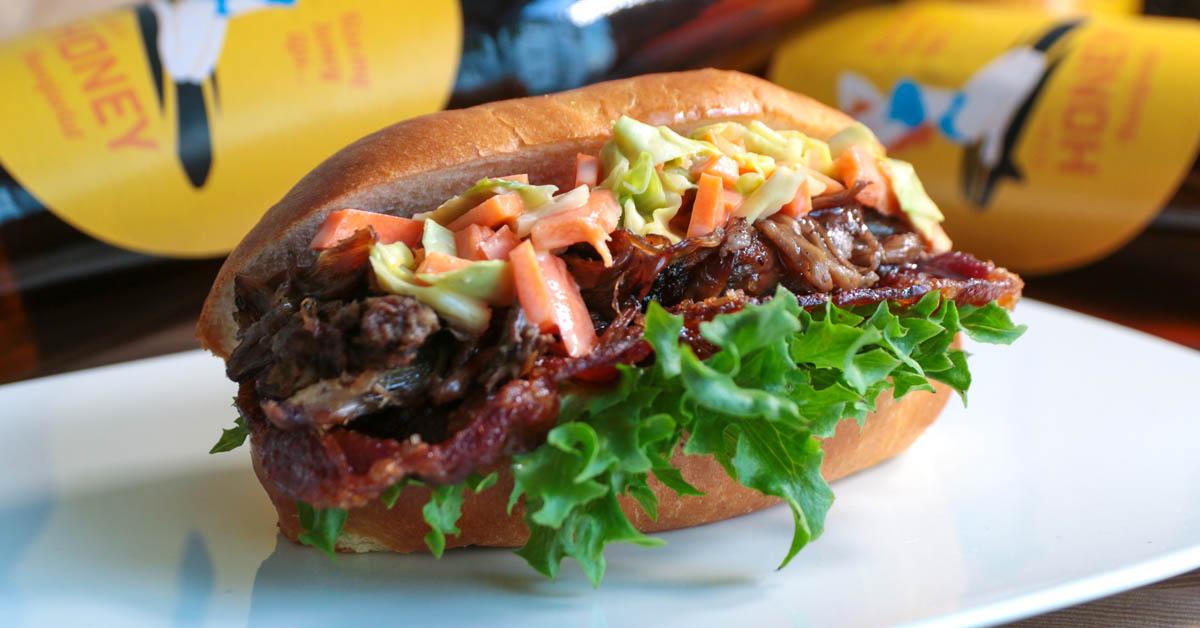 Hunajaoluella marinoitu pulled pork hot dog, karamellisoitua pekonia ja coleslaw – täydellinen makuelämys oluen kanssa