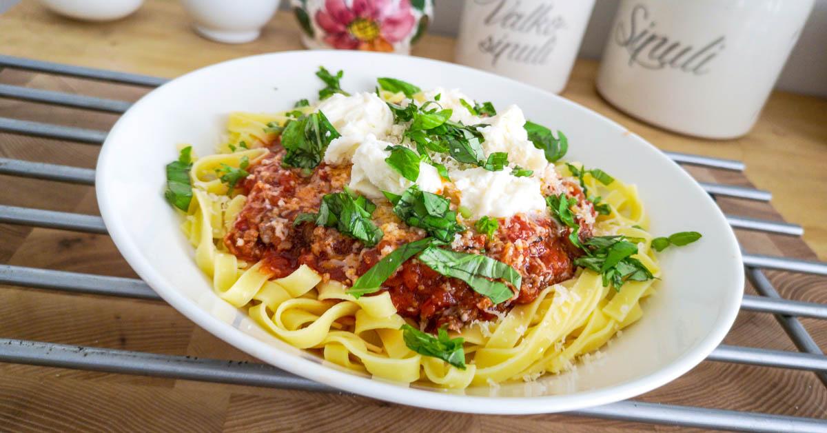 Jauheliha-chorizo-pekoni pasta – tomaattikastike niistä maukkaimmista tomaateista