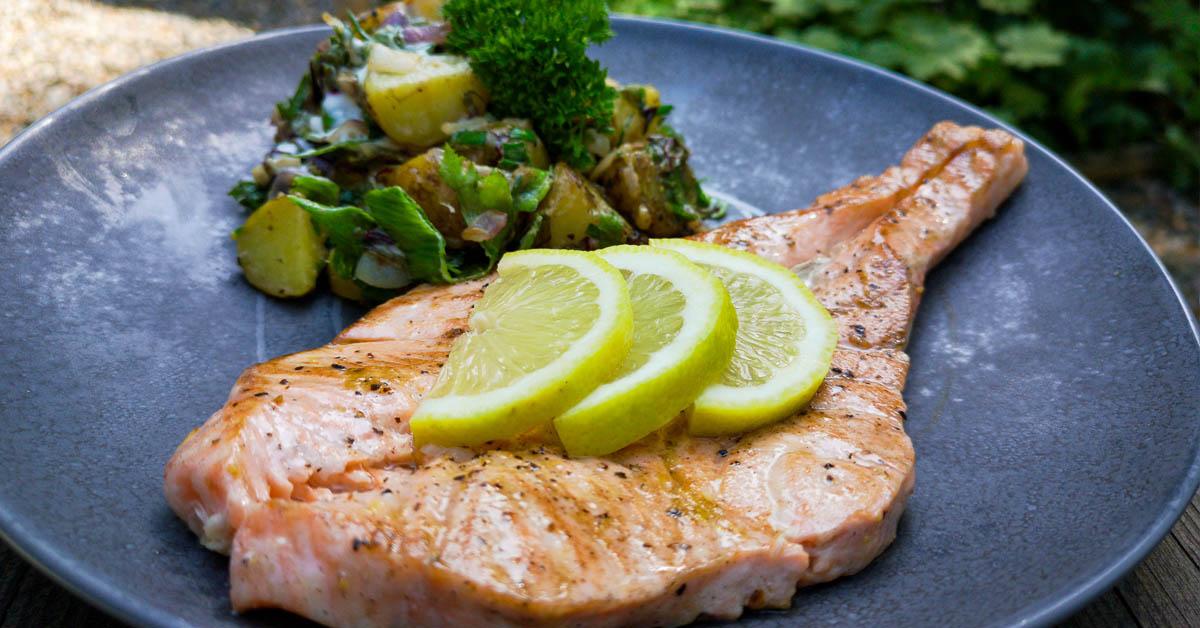 Lohimedaljongit ja kolmen sipulin lämmin perunasalaatti – astetta herkullisempi annos