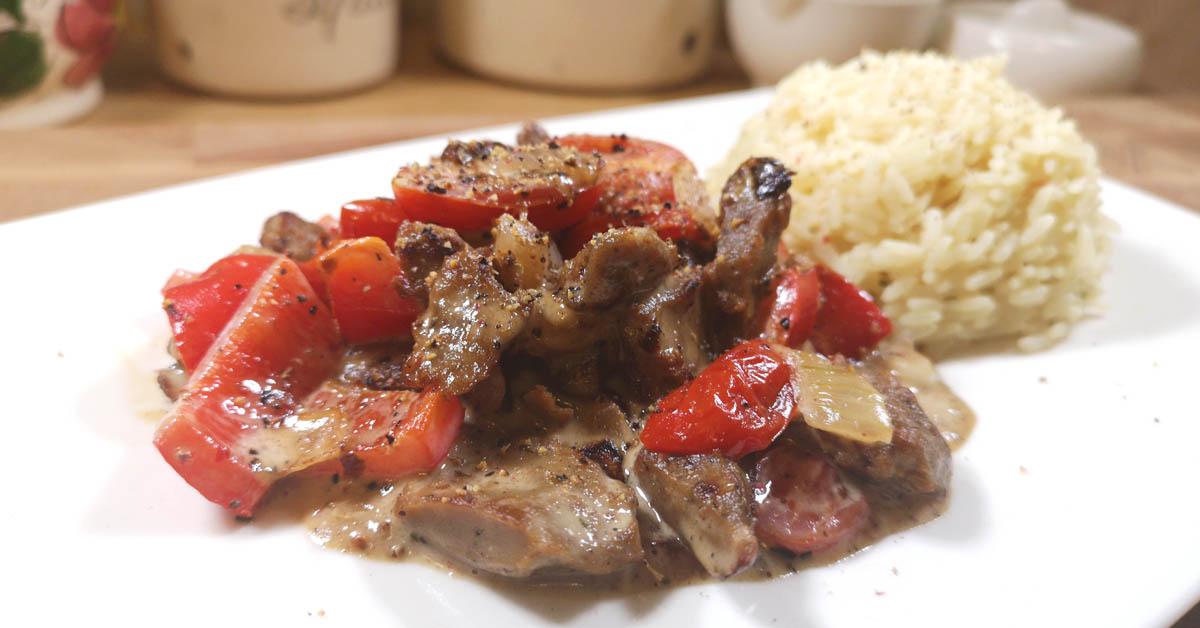 Härkäpapusuikaleita pippurisessa kaurakermakastikkeessa – helppo & maukas vegaaninen arkiruoka