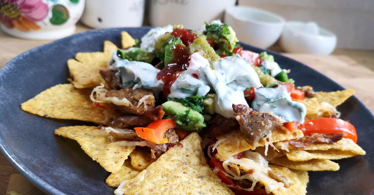 Nachopelti härkäpapusuikaleilla, guacamolella ja minttu-oat fraiche kastikkeella