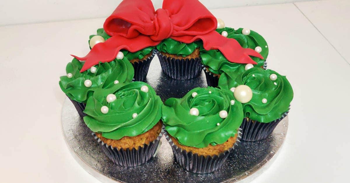 Jouluinen kuppikakkukranssi – makua ja väriä joulun kahvipöytään