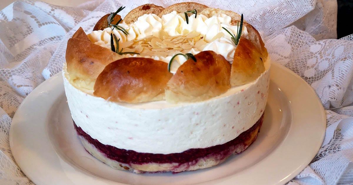 Laskiaispulla-juustokakku – herkkukombo ihanan kermaisella täytteellä