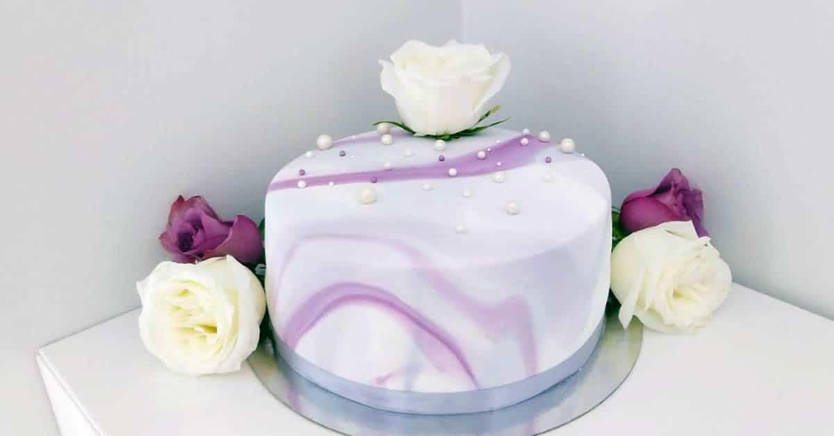 Marmorikuviollinen kakku – kahvipöydän herkullinen kruunu