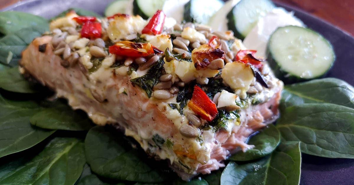 Pinaatti-feta-smetanalohi – sitruunalla ja kurpitsansiemenillä viritetty uuniruoka