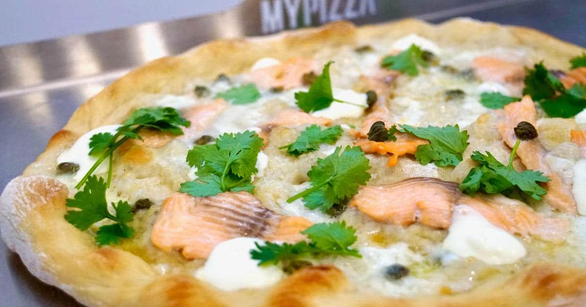 Pizza Bianco savulohella – sitruunan kuorella ja paistoteräksellä viimeistelty herkku
