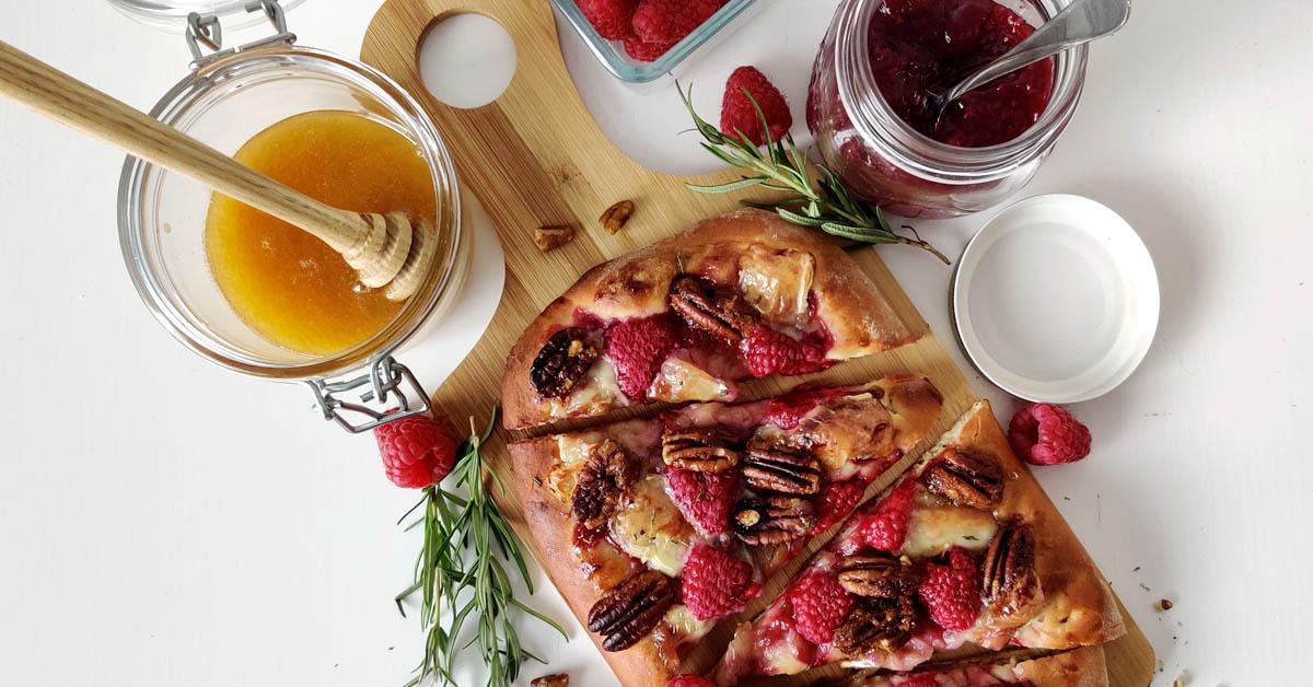 Vadelma-brie pizza – makea & suolainen jälkiruokapizza pizzateräksellä
